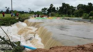 ชัยนาทฝนตกต่อเนื่อง เกิดน้ำล้นตลิ่งคลองห้วยคตไหลบ่าท่วมถนน ตัดขาดเส้นทางสัญจรในหมู่บ้าน