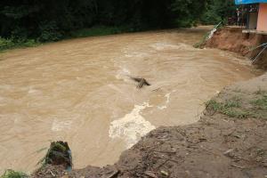 น้ำป่ากัดเซาะตลิ่งกินบ้านชาวไทยกะเหรี่ยงพังเสียหาย ต้องอพยพของหนี