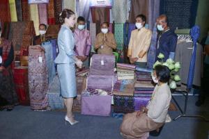 พระราชินี ทอดพระเนตรผลิตภัณฑ์สินค้าโอท็อป ของภาคตะวันออกเฉียงเหนือ