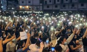 แฟลชม็อบเพชรบุรีกว่า 2,000 คน รวมตัวปราศรัยโจมตีรัฐบาล