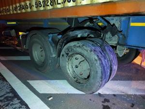 กระบะซิ่งเสยท้ายรถเทรลเลอร์ไมล์ค้างอยู่ที่ 120 คนขับเจ็บสาหัส