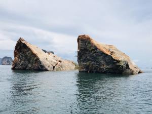 หินยักษ์หนักกว่า 3 หมื่นตันบนเกาะทะลุถล่มแยกเป็น 2 ก้อน สำรวจพบยังมีรอยร้าวเพิ่ม