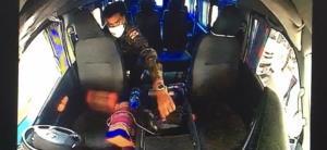 ภาพจากกล้องวงจรปิดในรถตู้ เห็นภาพขณะคนร้ายกำลังขโมยเงินอย่างชัดเจน