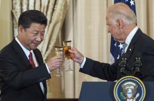 ประธานาธิบดีสี จิ้นผิง ของจีน กับ โจ ไบเดน ซึ่งเวลานั้นเป็นรองประธานาธิบดีของสหรัฐฯ ชนแก้วกันในช่วงดื่มอวยพร ระหว่างงานเลี้ยงอาหารกลางวัน ซึ่งจัดขึ้นที่กระทรวงการต่างประเทศสหรัฐฯในกรุงวอชิงตัน เมื่อวันที่ 25 กันยายน 2015