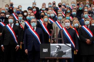 ฝรั่งเศสมอบเครื่องอิสริยาภรณ์ชั้นสูงสุดแก่ 'ครู' ที่ถูกฆ่าตัดหัว