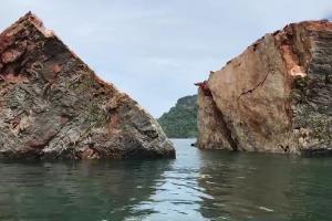 พบโพรงขนาดใหญ่ใต้เขาทะลุ เสี่ยงถล่มซ้ำกันเป็นพื้นที่อันตราย ห้ามนักท่องเที่ยว เรือประมงเข้าใกล้