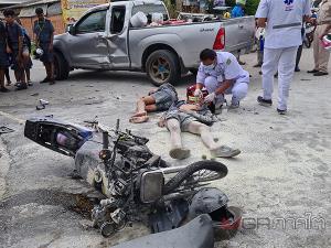 2 นักเรียนขับ จยย.ชนรถกระบะเลี้ยวตัดหน้าทำไฟลุกเจ็บสาหัสทั้งคู่