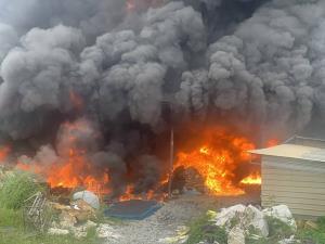 เพลิงไหม้โกดังบดพลาสติกรีไซเคิลใน อ.พานทอง จ.ชลบุรี วอดทั้งหลัง เบื้องต้นยังไม่ทราบสาเหตุ