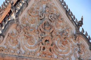 ลวดลายปูนปั้นนี้ถือเป็นเอกลักษณ์สกุลช่างเมืองเพชรบุรี