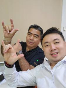 """""""สามารถ-ภูดิท"""" ชู 3 นิ้ว """"ชาติ-ศาสนา-สถาบัน"""" พร้อมยกเพลงธงชาติ ให้ม็อบราษฎรฟังจะได้รู้จักคำว่าชาติไทย"""