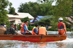 'ฮุนเซน' ลงเรือลุยน้ำท่วมเยี่ยมพี่น้องชาวเขมร ลั่นใครเดือดร้อนช่วยทันที ไม่ทิ้งไว้ข้างหลัง
