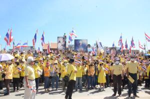 """พรึ่บต่อเนื่อง! กลุ่มคนโคราชปกป้องสถาบันฯ สวมเสื้อเหลืองแสดงพลัง """"รวมใจภักดิ์ พิทักษ์สถาบัน"""""""