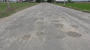 """ซ่อมแล้ว """"ถนนอุกกาบาต"""" ที่ชัยนาท หลังชาวบ้านสุดทน ใช้ถนนเป็นหลุมบ่อมานานหลายปี"""