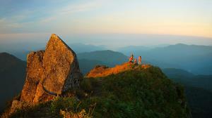 แสงสีทองยามเช้าส่องไปทั่วทั้งยอดโมโกจู