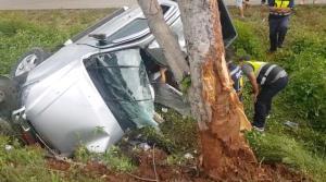 สุดสลด! หนุ่มสบปราบขับปิกอัพฝ่าฝนพาแม่ซื้อของวันหยุด ถนนลื่น-รถหมุนชนต้นไม้แม่เสียชีวิต