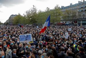 ชาวฝรั่งเศสรวมตัวกันที่จัตุรัส Place de la Republique ในกรุงปารีสเมื่อวันที่ 18 ต.ค. เพื่อร่วมไว้อาลัยให้แก่ ซามูเอล ปะตี (Samuel Paty) ครูสอนประวัติศาสตร์ซึ่งถูกชายมุสลิมหัวรุนแรงฆ่าตัดศีรษะกลางถนน