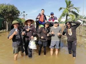 ชื่นชม นศ.ลาวในเวียดนาม ระดมพลช่วยชาวบ้านหนีน้ำท่วม