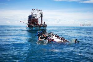เรือนักตกปลาถูกคลื่นซัดล่มกลางทะเล เรือประมงเข้าช่วย 2 ชีวิต เร่งค้นอีก 1 ผู้สูญหาย