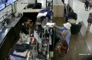 เตือนภัย! ป้าจอมหนีบออกอาละวาดหนัก หลังเคยก่อเหตุโกงเงินทอนร้านค้าในห้างดัง (ชมคลิป)