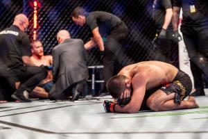 """""""คาบิบ"""" โคตรแกร่งล็อก """"แกธจี"""" แน่นิ่งยกสอง ก่อนรูดม่านรีไทร์ UFC"""