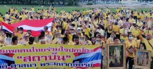 ชาวระยองปกป้องสถาบันพร้อมใจสวมเสื้อเหลืองถือธงชาติ ชูพระบรมฉายาลักษณ์แสดงพลัง