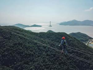 (ชมภาพ) สุดหวาดเสียว! คนงานจีนไต่ 'สายส่งไฟฟ้า' กลางเวหาเวิ้งว้าง