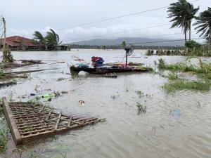 "In Clip: ฟิลิปปินส์อ่วม ""ไต้ฝุ่นโมลาเบ"" ขึ้นฝั่ง ปชช.ไร้ที่อยู่ทันทีไม่ต่ำกว่า 25,000 ชาวประมงสูญหาย 13"