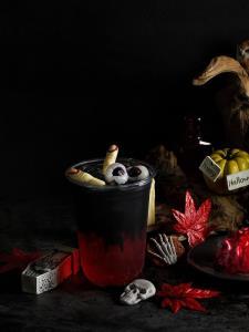 Black Magic Berry | แบล็กแมจิกเบอร์รี เครื่องดื่มสีเลือดจากไซรัปรสเชอร์รีเบอร์รี เติมความซ่าของโซดาผสมผงชาโคล เพิ่มความหลอนแต่อร่อยด้วยลูกตาและนิ้วมือ ราคาปกติ 55 บาท ราคา IKEA Family 45 บาท