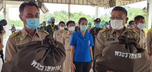 องคมนตรีมอบถุงยังชีพผู้ประสบภัยน้ำท่วมใน อ.อรัญประเทศ จ.สระแก้ว