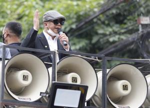 """""""ทนายนกเขา"""" นำมวลชนยื่นหนังสือสถานทูตเยอรมนีแจงสถานการณ์การเมืองไทย ก่อนยุติชุมนุม"""