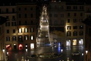 ทิวทัศน์บริเวณลานน้ำพุบาร์คัชชา ตรงด้านหน้าของบันไดสเปน ในกรุงโรม เมื่อช่วงก่อนรุ่งสางวันจันทร์ (26 ต.ค.) ซึ่งไม่มีผู้คน  โดยที่ตั้งแต่เที่ยงคืนวันศุกร์ (23) ที่แล้วเป็นต้นมา ทางการสั่งห้ามผู้คนในแคว้นลาซิโอ (ซึ่งมีอาณาเขตครอบคลุมกรุงโรมด้วย) ออกนอกบ้านในตอนกลางคืนเป็นเวลา 30 วัน