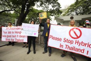 """""""อุ๊ หฤทัย"""" นำมวลชนยื่นหนังสือสถานทูตสหรัฐฯ ขออเมริกาหยุดแทรกแซงการเมืองไทย"""