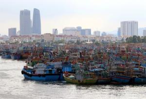เรือประมงเข้าจอดเทียบท่ากันแน่นขนัดที่ท่าเรือในเมืองดานัง เพื่อเลี่ยงอันตรายจากไต้ฝุ่นโมลาเบที่กำลังมุ่งหน้ามายังพื้นที่ภาคกลางของประเทศ. -- Reuters.
