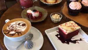 """ร้านกาแฟสุดเก๋เชียงใหม่จัดพิเศษ """"วุ้นลูกตา-คุกกี้นิ้วมือ-คัพเค้กสมอง"""" เมนูน่ารักชวนขนลุกรับฮัลโลวีน"""