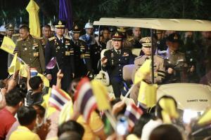 """พสกนิกรเปล่งเสียง """"ในหลวงทรงสู้ๆ"""" ดังกึกก้องทั่วแดนอีสาน ทรงมีพระราชปฏิสันธานกับราษฎร """"ขอให้มีความรักกันในประเทศไทย"""""""