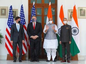 (จากซ้าย), รัฐมนตรีกลาโหมสหรัฐฯ มาร์ก เอสเปอร์ และรัฐมนตรีต่างประเทศ ไมค์ พอมเพโอ ของสหรัฐฯ ถ่ายภาพร่วมกับ รัฐมนตรีกลาโหม ราชนาถ ซิงห์ และรัฐมนตรีต่างประเทศ สุพรหมณยัม ชัยศังกระ ของอินเดีย ก่อนพูดจาหารือกัน ที่ ไฮเดอราบัดเฮาส์ ในกรุงนิวเดลี ประเทศอินเดีย เมื่อวันอังคาร (27 ต.ค.)