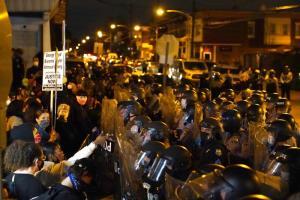 พวกผู้ประท้วงเผชิญหน้าตำรวจระหว่างการเดินขบวนในเมืองฟิลาเดลเฟียเมื่อคืนวันอังคาร (27 ต.ค.) เพื่อแสดงความโกรธเกรี้ยวกรณีตำรวจกระหน่ำยิงสังหาร วอลเตอร์ วอลเลซ ชายผิวดำสติไม่ดีที่ถือมีดอยู่ในมือ