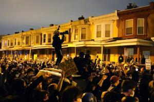 ผู้ประท้วงหลายร้อยคนเผชิญหน้าตำรวจ ระหว่างการเดินขบวนในย่านเวสต์ฟิลาเดลเฟีย เมื่อคืนวันอังคาร (27 ต.ค.)
