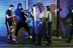 ตำรวจผลักผู้ประท้วงให้ถอยกลับไป ระหว่างเกิดการประท้วงในเมืองฟิลาเดลเฟีย เมื่อวันอังคาร (27 ต.ค.)