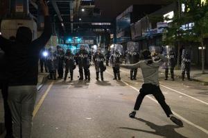 """เมืองฟิลาเดลเฟียประกาศเคอร์ฟิว หลังประท้วงเดือดสองคืนติด แค้นตำรวจรัวยิงปลิดชีพ """"คนดำสติไม่ดี"""""""