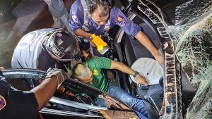 หลับใน! กู้ภัยเร่งงัดร่างหนุ่มวัย 26 ปี ออกจากซากรถ หลังพุ่งอัดเสาไฟฟ้าสัตหีบ กม.10