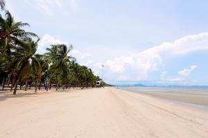 ชายหาดบางแสนในวันจันทร์ที่มีการงดขายของตลอดแนวหาด