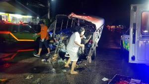 เจ็บระนาว 13 ราย กระบะรับส่งคนงานชนกับ 6 ล้อ บนถนนเพชรเกษม