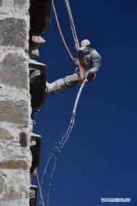 (ชมภาพ) คนงานโรยตัวทาสีขาว 'พระราชวังโปตาลา' สถาปัตยกรรมโบราณทิเบต