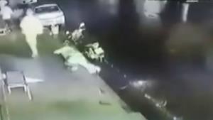 เปิดวงจรปิด! วินาทีชาวบ้านอุ้มลูกหลานวิ่งหนีตาย หวิดถูกเปลวเพลิงคลอก เหตุรถบรรทุกน้ำมันชน 18 ล้อ