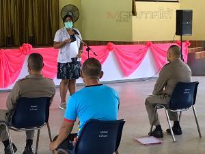 จนท.สาธารณสุขนำตำรวจตรวจหาเชื้อหลังพบแรงงานพม่าต้องสงสัยติดเชื้อโควิด-19
