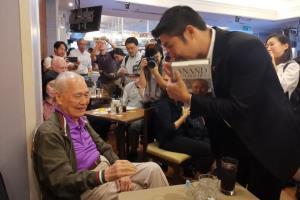 ภาพ นายอานันท์ ปันยารชุน เมื่อครั้งไปฟังบรรยายของ นายธนาธร ณ สมาคมผู้สื่อข่าวต่างประเทศแห่งประเทศไทย จากทวิตเตอร์อดีตพรรคอนาคตใหม่