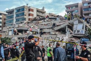 แผ่นดินไหวรุนแรงในทะเลระหว่างตุรกี-กรีซ อาคารพังเสียหายเป็นสิบๆ หลัง 'มินิสึนามิ' ซัดขึ้นฝั่ง ตายแล้ว 14 เจ็บกว่า 400