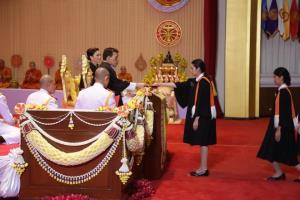 ในหลวงพระราชทานปริญญาบัตรแก่ผู้สำเร็จการศึกษาจากมหาวิทยาลัยธรรมศาสตร์เป็นวันที่ 2