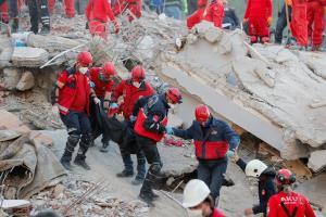 ชายชราวัย 70 ปี รอดหลังติดใต้ซาก 33 ชั่วโมง ยอดเหยื่อแผ่นดินไหวตุรกีพุ่ง 62 ศพ